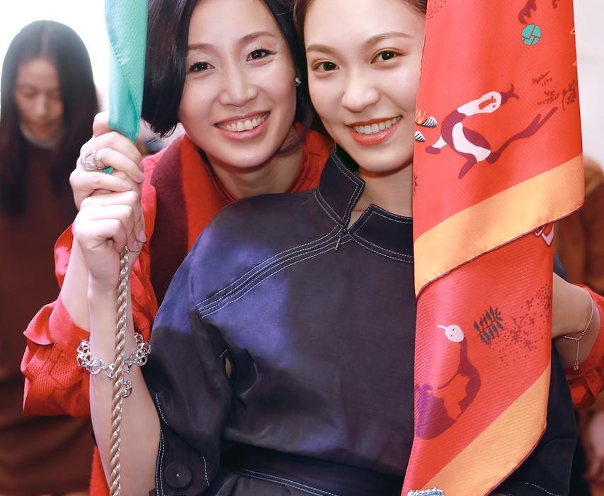 17.「上下」CEO兼艺术总监蒋琼耳与时尚博主Anny合影