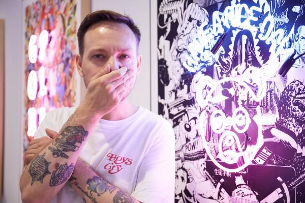 艺术家YKMW在他的作品前,并在开幕现场化身DJ