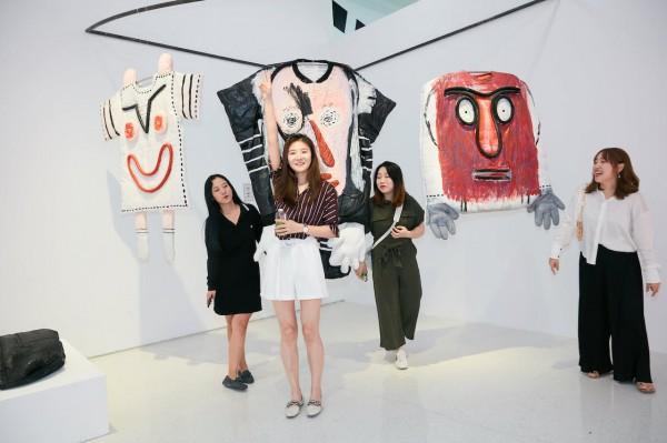 观众在艺术家丹尼尔·帕里洛的作品前互动
